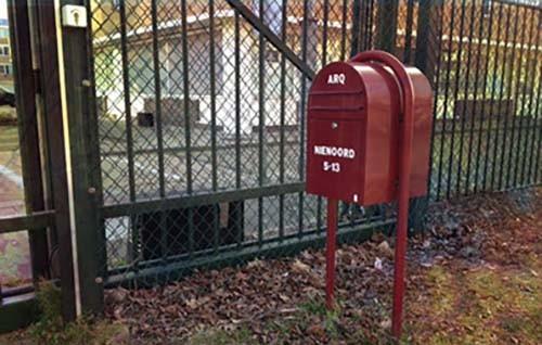 route rode brievenbus voor parkeerplaats