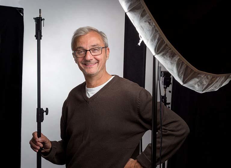 Portretfotograaf Han Furnee in fotostudio in studio Amsterdam